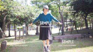 【緑ヶ丘公園】平均台で遊ぶ美少女 写真素材