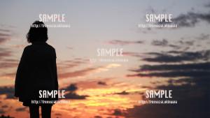 【トロピカルビーチ】夕焼けと女性 写真素材