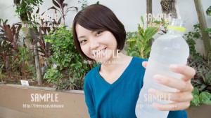【パレット久茂地】「水飲む?」と声をかける美少女 写真素材