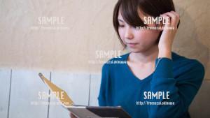 【Cinnamon Cafe】耳に髪をかける美少女 写真素材