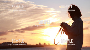 【トロピカルビーチ】夕日とカメラ女子 写真素材