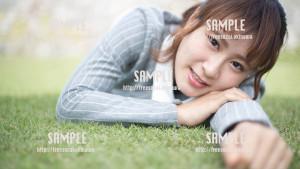 【中城城跡】芝生でゴロゴロする美少女 写真素材