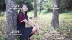 【浦添大公園】木にもたれ休憩する美少女 写真素材