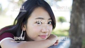 【浦添大公園】こっちを見つめる美少女 写真素材