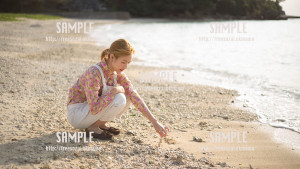 【糸満】サンゴで遊ぶ美少女 写真素材