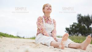 【糸満】空を眺める美少女 写真素材