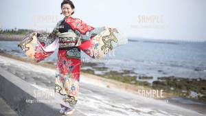 【西原】沖縄の海と振袖 写真素材