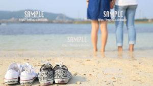 【沖縄】二人で海に入るカップル 写真素材