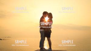 【沖縄】朝日に包まれるカップル 写真素材