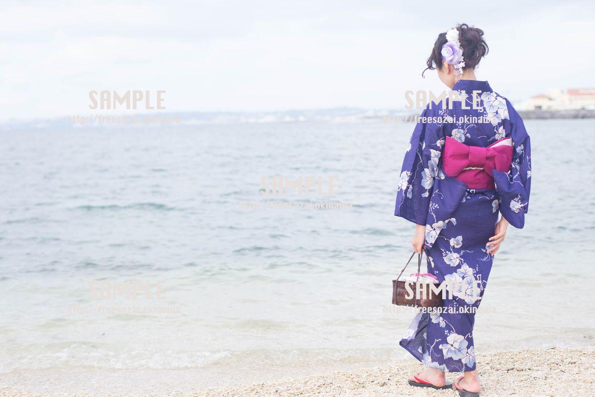 【沖縄】ビーチにいる浴衣の女の子 写真素材
