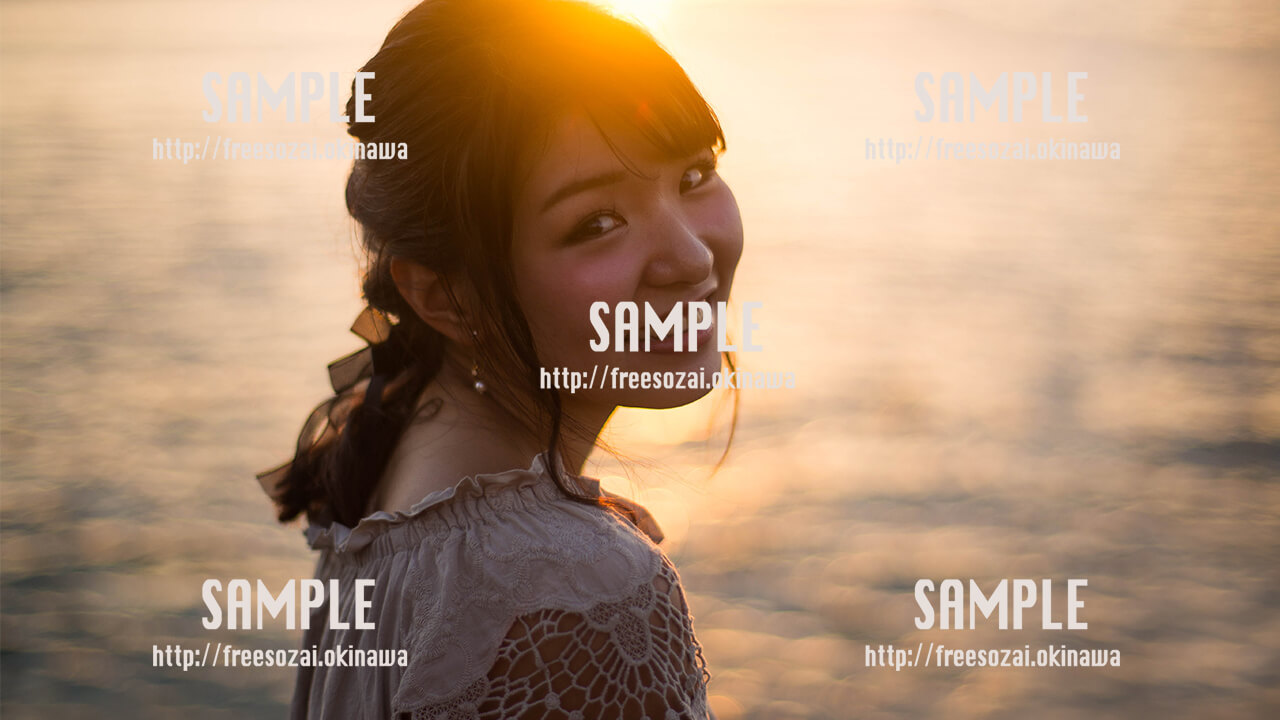 【アラハビーチ】振り向く沖縄美少女 写真素材