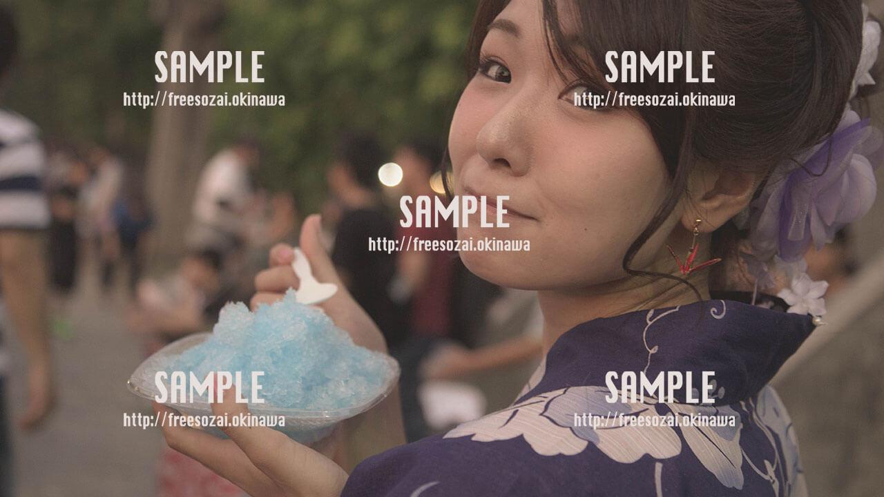 【てだこ祭り】かき氷を食べる女の子 写真素材