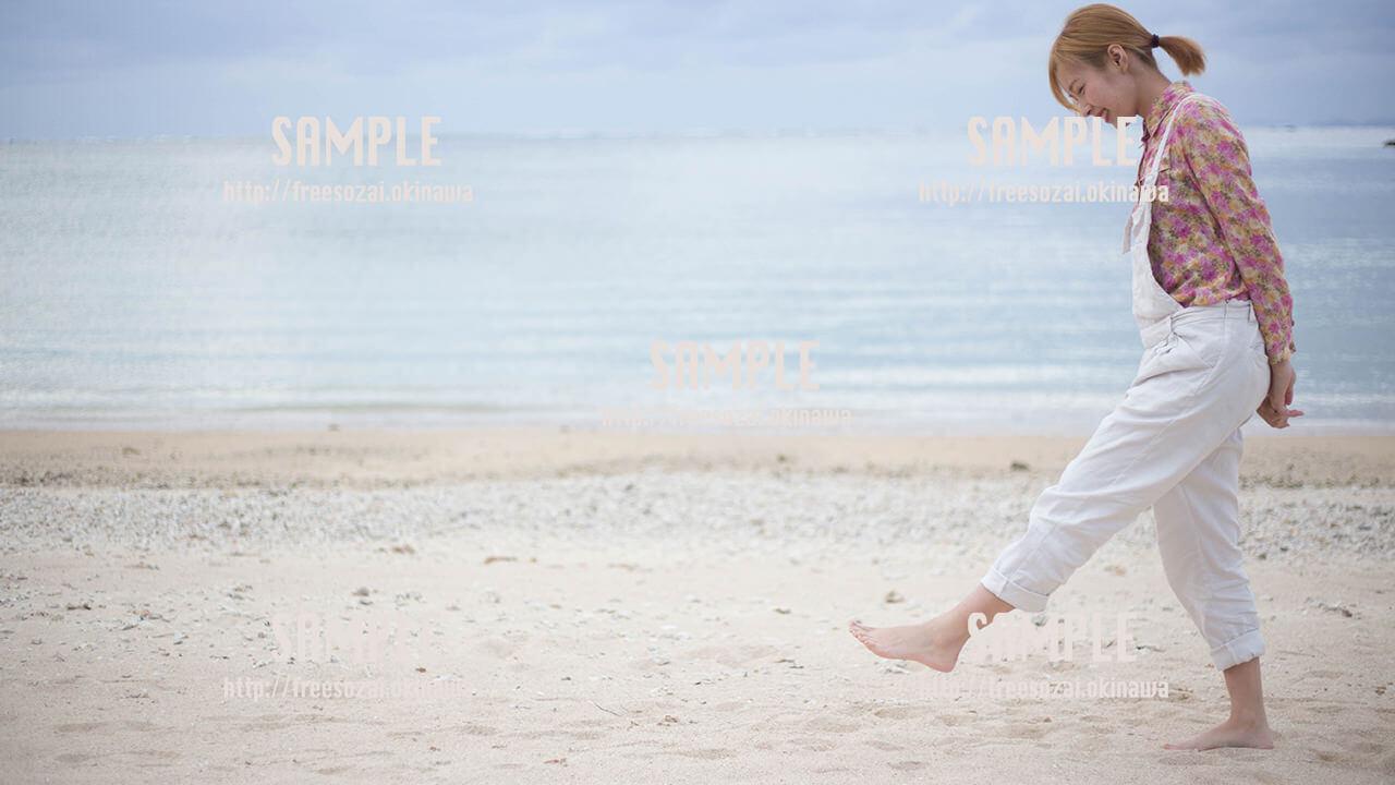 【糸満】砂浜で遊ぶ美少女 写真素材