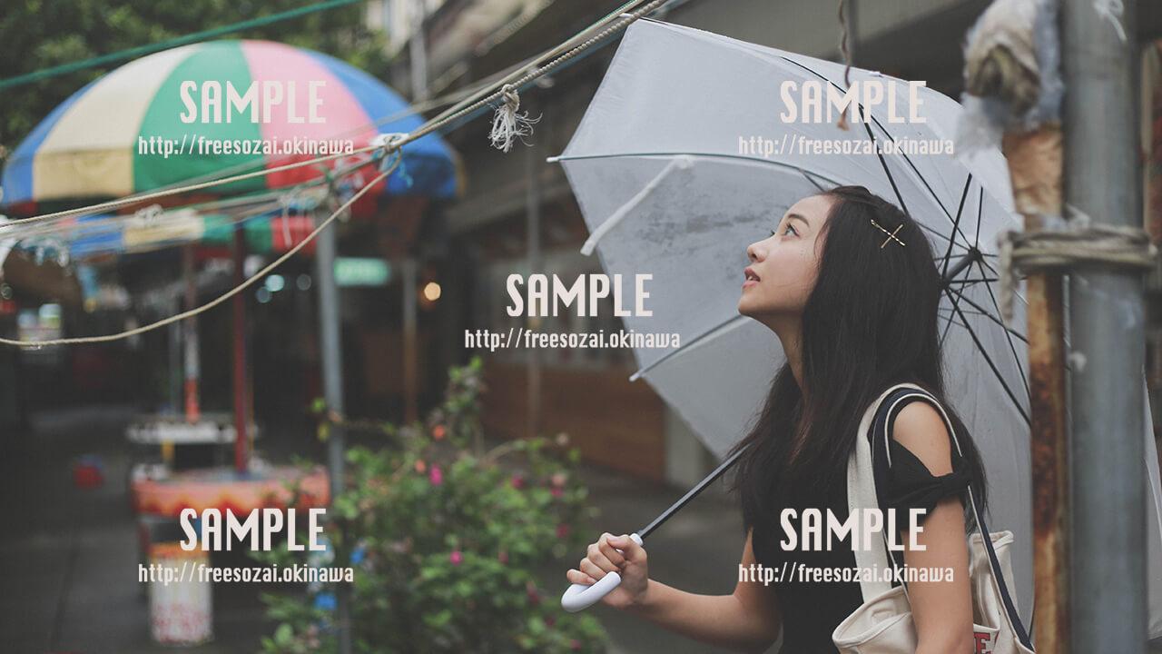 【パラソル通り】雨宿りする美少女 写真素材