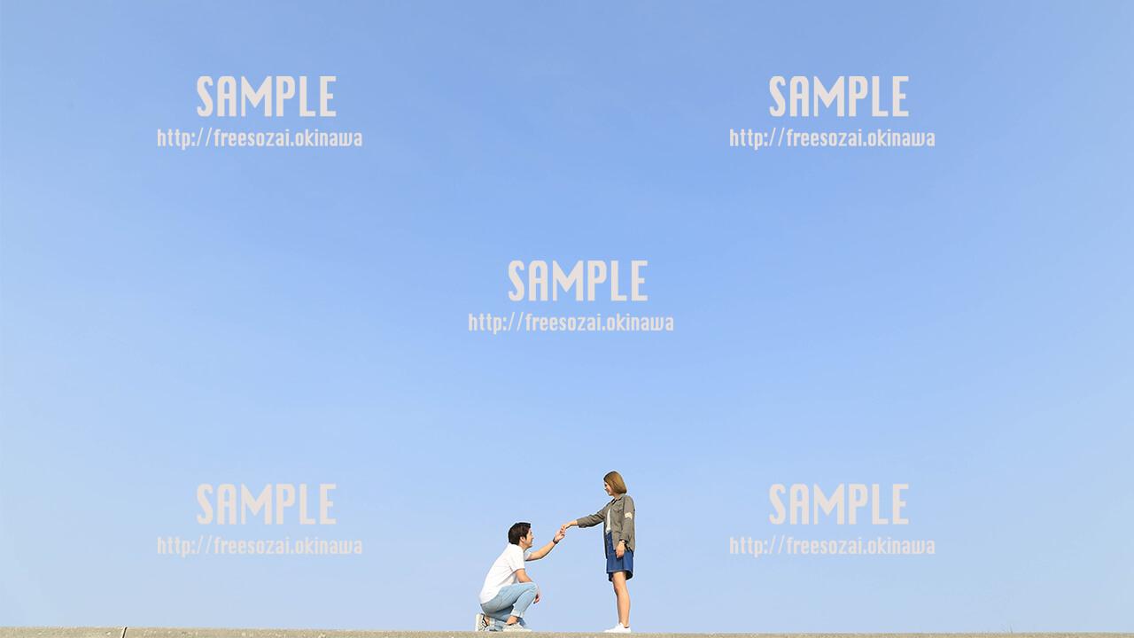 【沖縄】青空とカップル 写真素材