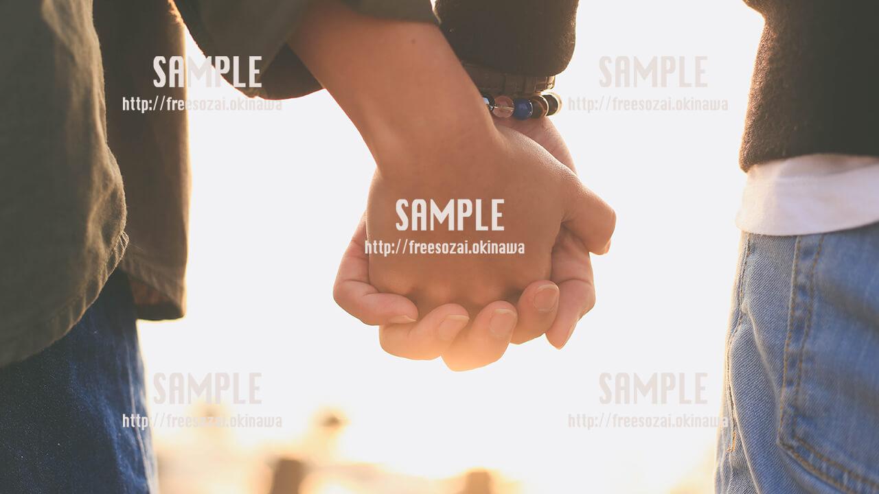 【沖縄】手を繋ぐカップル 写真素材