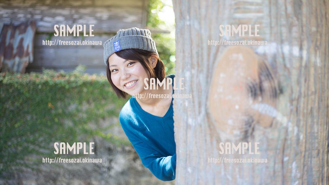 【緑ヶ丘公園】木から覗く美少女 写真素材