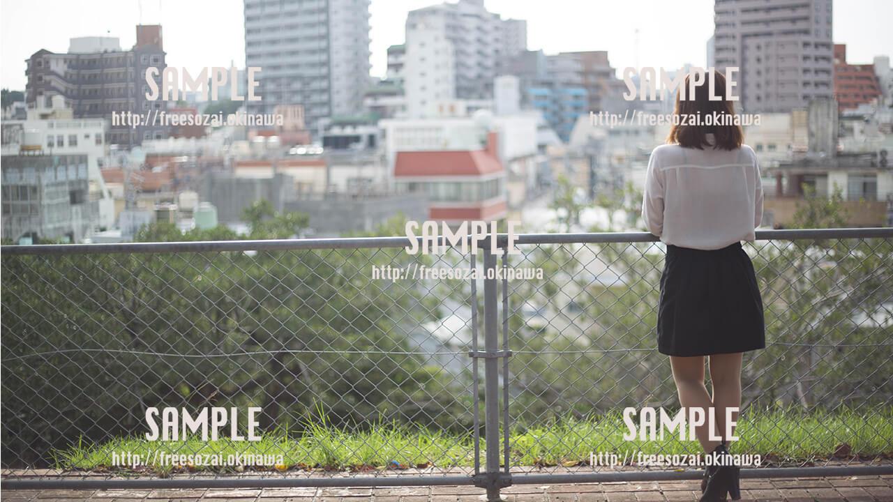 【希望の丘公園】那覇の町を眺める美少女 写真素材