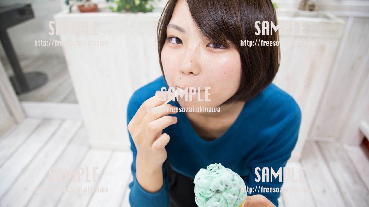 【ブルーシールアイスクリーム】アイスクリームを食べる美少女 写真素材