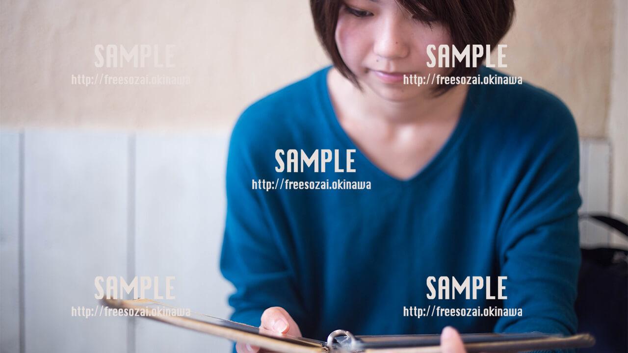 【Cinnamon Cafe】本を読む美少女 写真素材