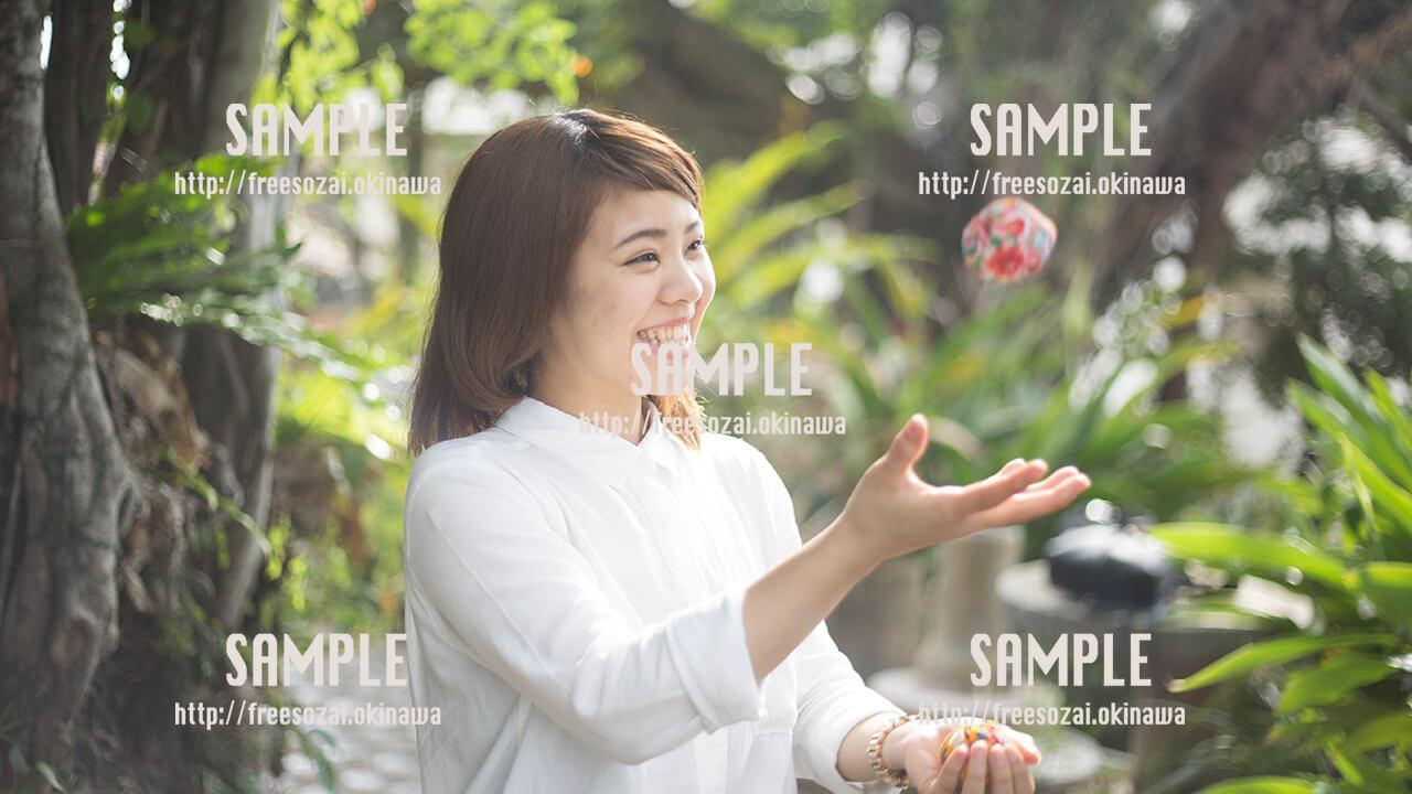 【やちむん通り】お手玉をする美少女 写真素材
