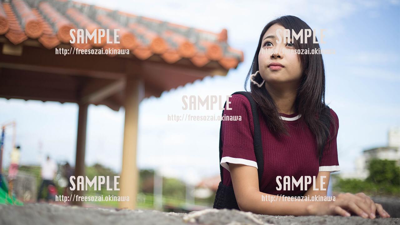 【浦添大公園】赤瓦と空を見上げる美少女 写真素材