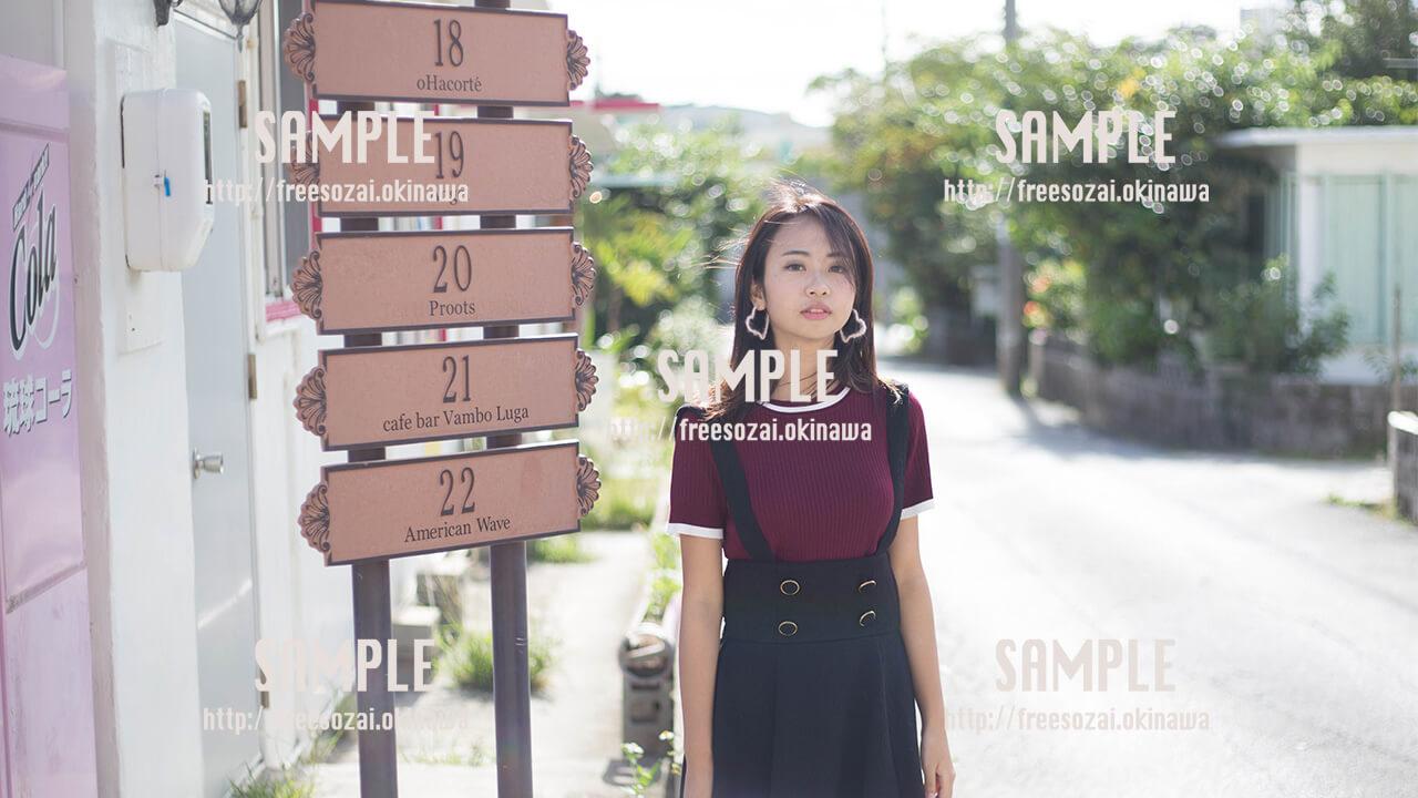 【港川】カフェ街と美少女 写真素材