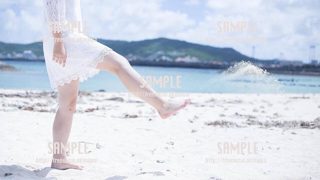 【西原マリンパーク】白い砂浜と美女 写真素材
