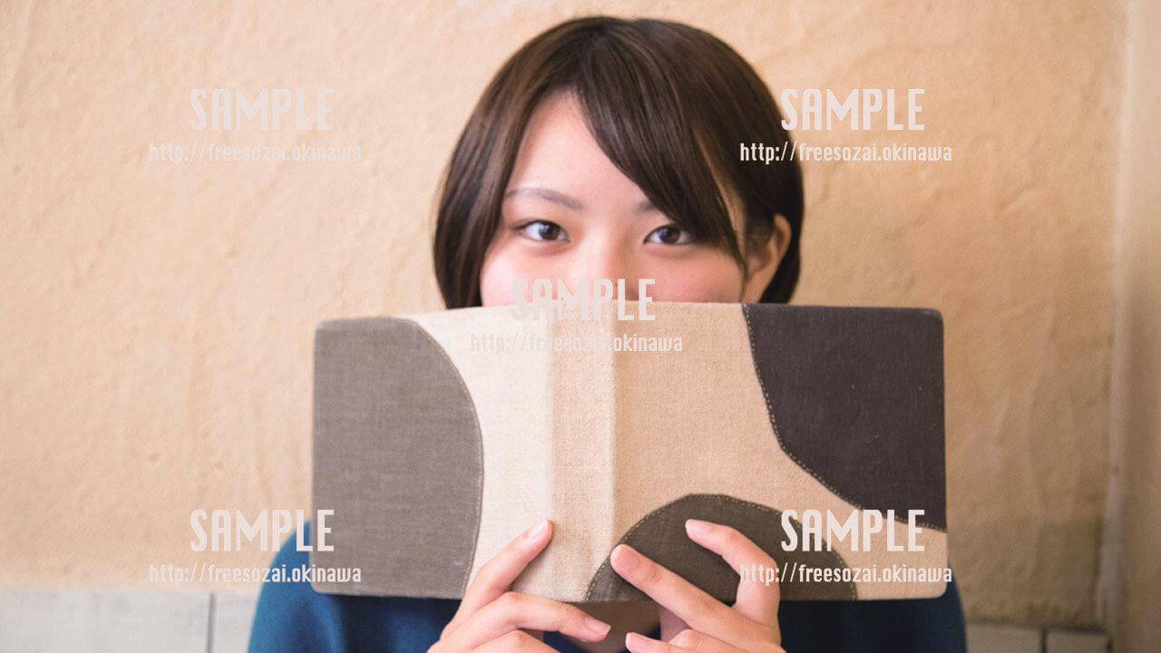 【Cinnamon Cafe】何を食べるか考える美少女  写真素材