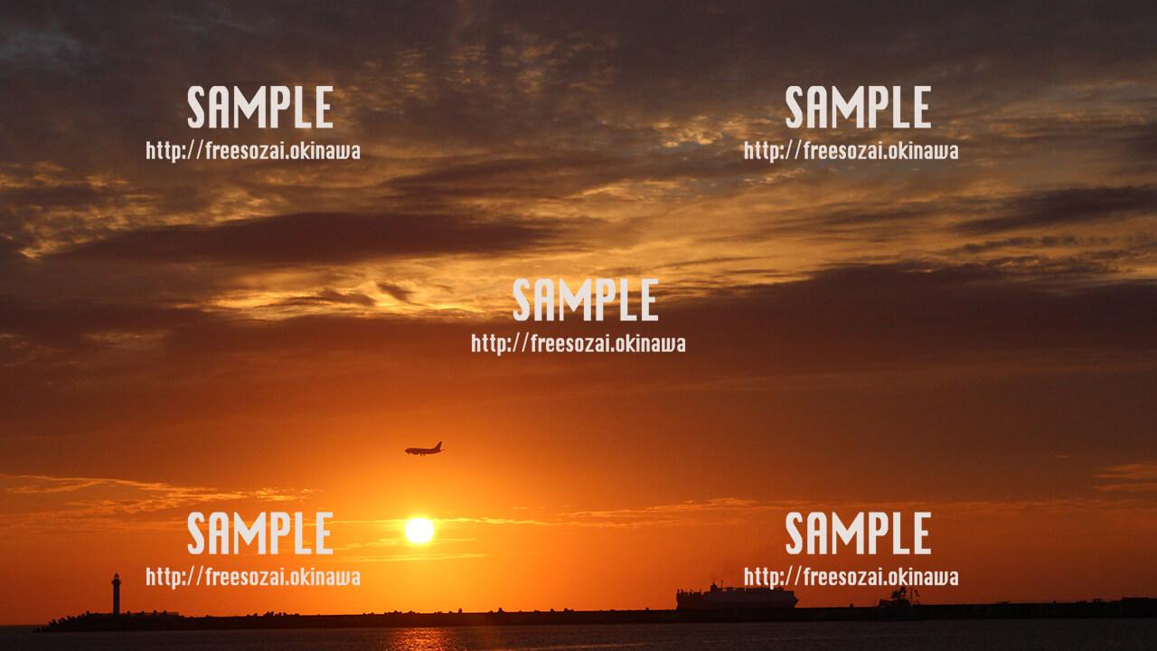 【波の上】飛行機と夕日 写真素材