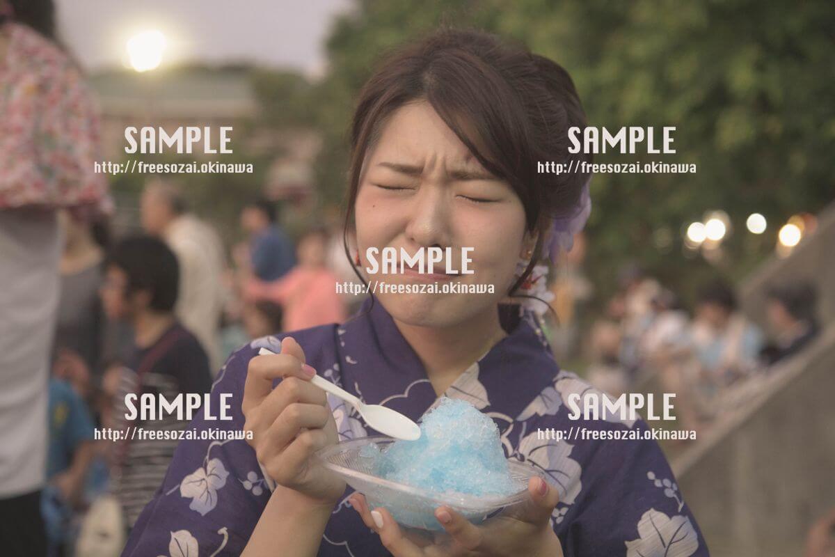 夏祭りでかき氷を食べる女の子の写真
