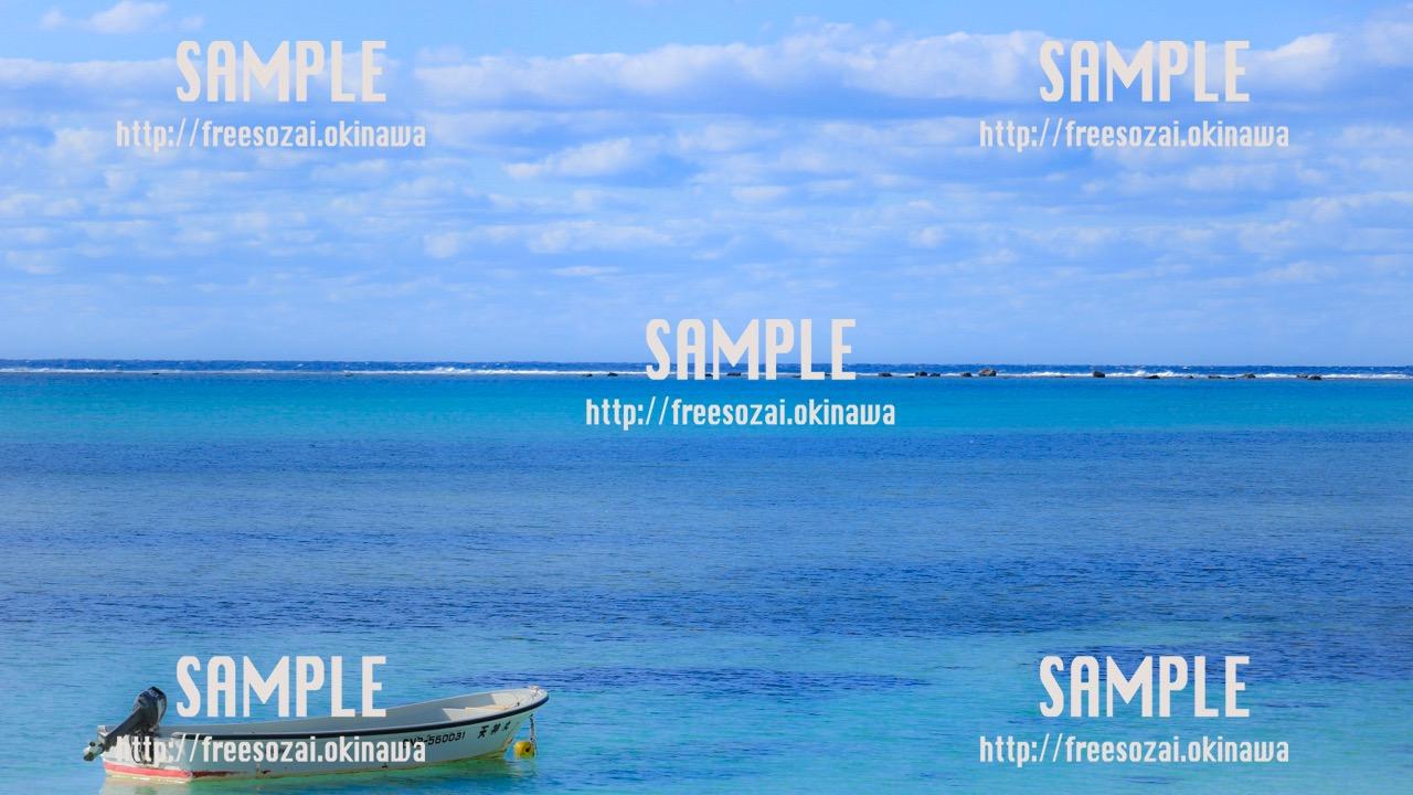 【沖縄】青い海へ進むボート 写真素材