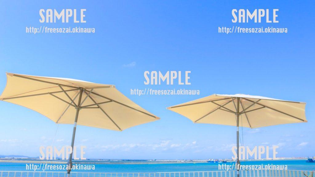 【沖縄】ビーチパラソルと青い空 写真素材