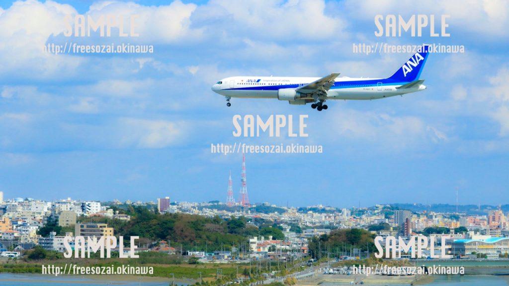 【沖縄】空から着陸する飛行機 写真素材