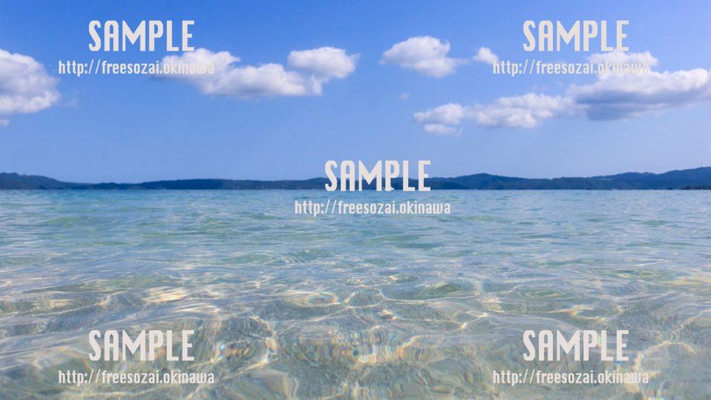 【沖縄】透き通った海と雲の浮かぶ空 写真素材