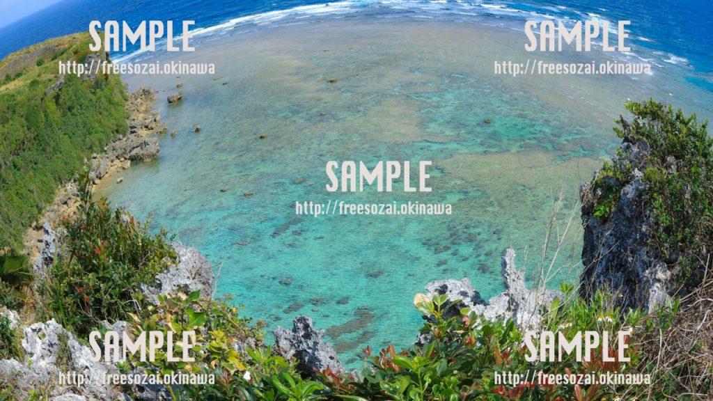 【沖縄】森林に囲まれた青い海 写真素材