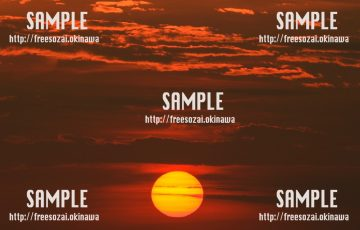 水平線に落ちる夕日 写真素材