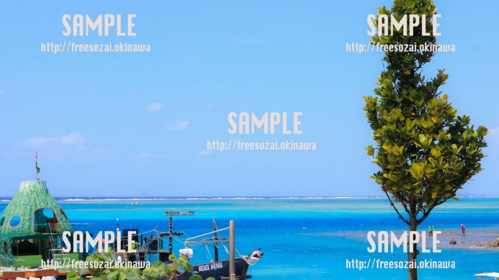 【沖縄】青い海とウチーナンチュ 写真素材