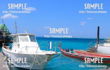【沖縄】青い海の船 写真素材