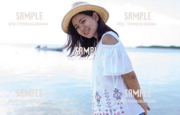 沖縄の海で微笑む女の子 写真素材