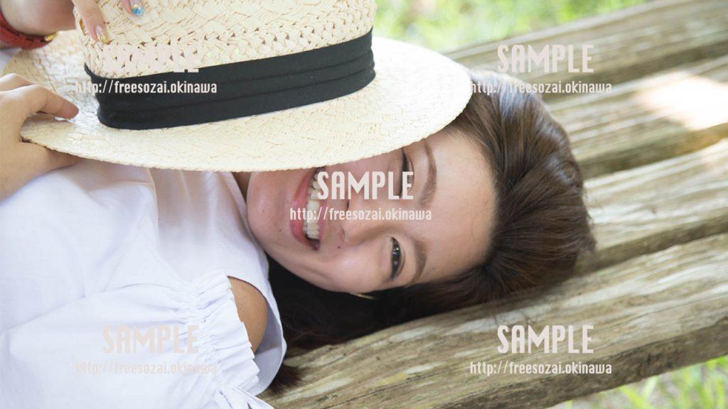 帽子から顔を出す女の子 写真素材