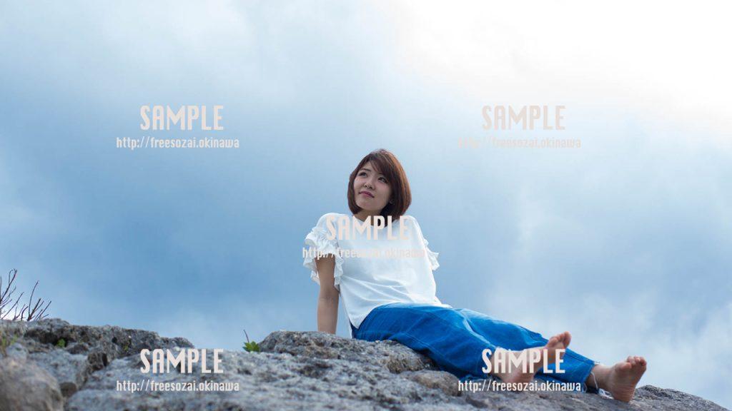 【沖縄】青い空を眺める女の子 写真素材