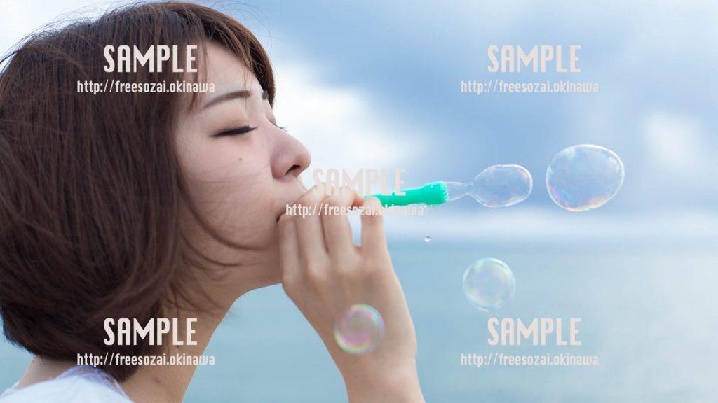 【沖縄】シャボン玉をする女の子 写真素材