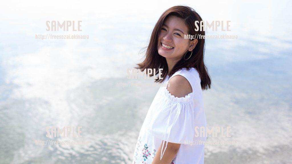 沖縄の海と笑顔が最高な女の子 写真素材
