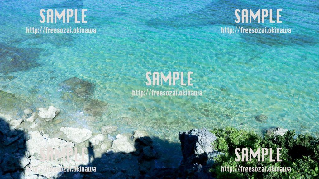 透き通ったアクアブルーの海 写真素材