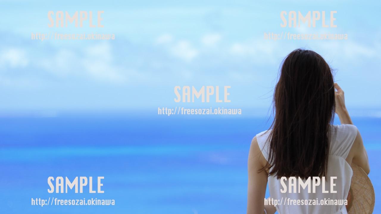 青空を眺める女性 写真素材